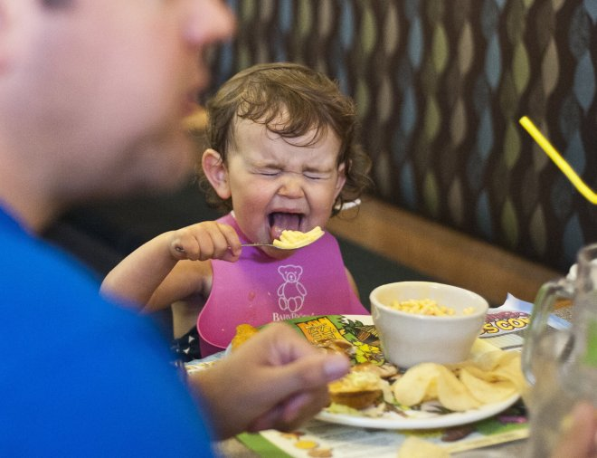 The 4 best smartphone apps to distract your toddler when you're at a restaurant and they're crawling under the table